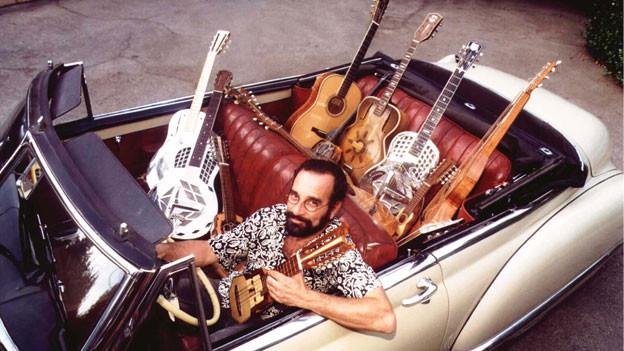 Bob Brozman präsentiert seine Gitarrensammlung.