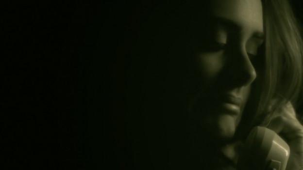«Hello»: Adele am Telefon.