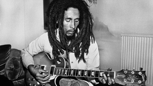 Bob Marley mit seiner Gitarre