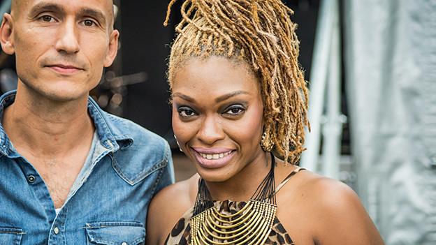 Shuga mit Reggae-Special-Macher Lukie Wyniger hinter der Bühne nach Shugas Auftritt am Reeds-Festival.
