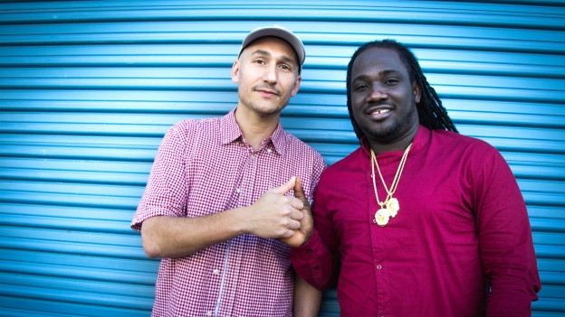 Lukie Wyniger mit I-Octane vor Tads Recording Studio in Kingston Jamaika