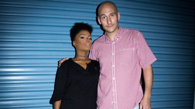 Lukie Wyniger mit Marcy Chin vor Tads Recording Studio in Kingston Jamaika