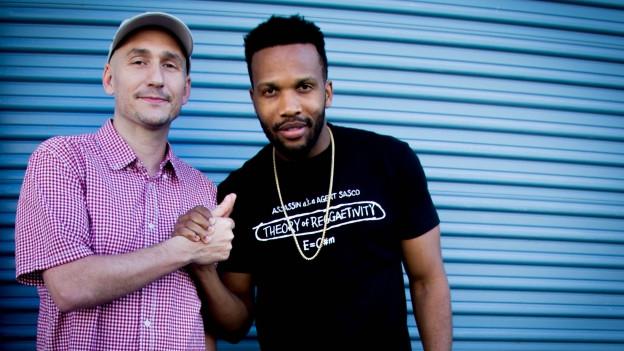 Agent Sasco (rechts im Bild) mit Reggae Special-Macher Lukie Wyniger vor dem Tads International Recording Studio in Jamaika.
