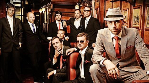Auf dem Bild Gentlemen; auf der Bühne lebende Brandsätze!