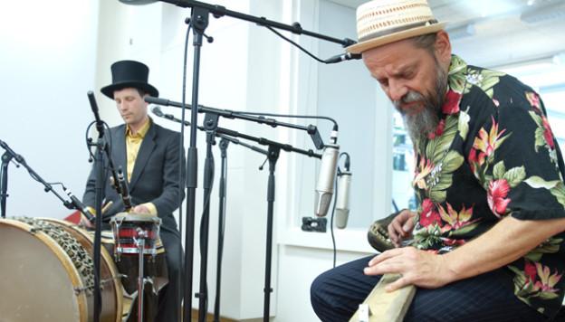 Los Dos - spielen mit Affenkopf im SRF 3 Studio.