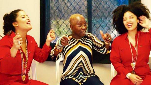 Stars unter sich: Das französisch-kubanische Zwillings-Duo Ibeyi und die grosse, beninisch-französische Sängerin Anélique Kidjo kommen beide für ein Konzert in die Schweiz. Kidjo nach Montreux, Ibeyi nach Luzern.