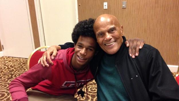 Auf seiner offiziellen Facebook-Seite zeigt sich Harry Belafonte im Profilbild mit dem damals 15-jährigen Aktivisten und Rapper Low Key aus Ferguson (2014).