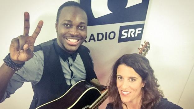 Im World Music Special wickelt Chado Evans Rahel Giger einzig mit seiner Stimme und der Gitarre um den Finger