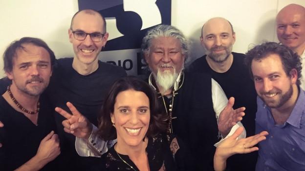 Porok Karpo aus Bern mit Sänger Loten Namling (Mitte) spielen ein Mini-Konzert im World Music Special bei Rahel Giger.