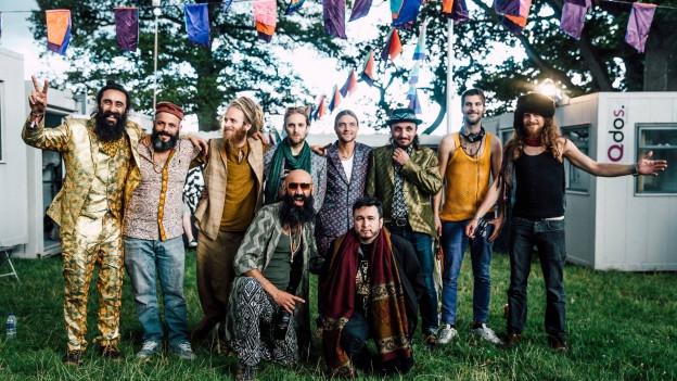 The Turbans: Eine ihrer Herausforderung ist die Sprache. Auch wenn sie alle Englisch können, sprechen alle eine andere Muttersprache -Missverständnisse sind vorprogrammiert. Deshalb kommunizieren sie am liebsten über die Musik und treffen damit direkt ins Herz.