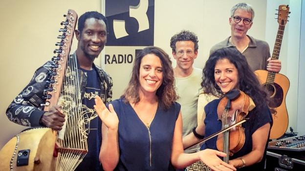 Umgarnt von echten Instrumenten: Veronika's Ndiigo (Prince Moussa Cissokho, Samuel Baur, Oli Hartung und Veronika Stalder, v.l.n.r.) bei Rahel Giger im World Music Special.
