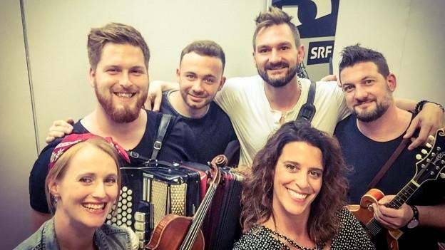 Die fünfköpfige Band aus St. Gallen verwandelt das Studio zu Besuch bei Rahel Giger in ein Irish Pub.