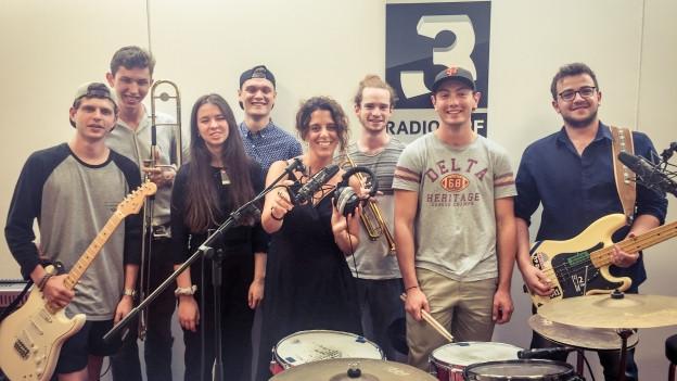 Kritische Texte und tanzbare Beats, die Luzerner Ska-Reggae-World-Band M'Ghadi präsentieren bei Rahel Giger ihre aktuelle EP «Take Two» mit einer Livesession.