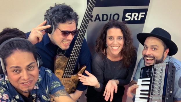 Die quirlige Truppe von Chamito bringt die lateinamerikanische Sonne mit einer energiegeladenen Live-Session bei Rahel Giger direkt zu euch in die Stube.
