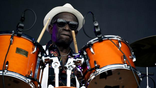 Tony Allen, Afrobeat Mitbegründer und einer der besten Schlagzeuger der Welt, hier bei einem Konzert in Frankreich 2015, stirbt am 30. April 2020 in Paris.