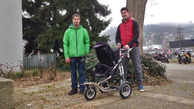 Stefan und Thomas: Ein E-Kinderwagen bringt's!