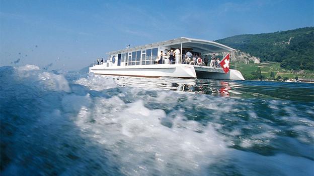 Das Schiff EMS Mobicat unterwegs auf dem Bielersee.