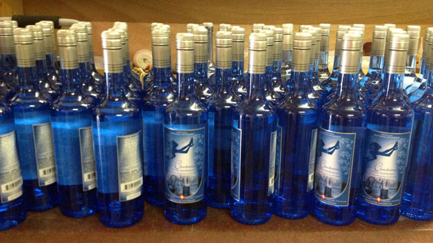Die fertigen Absinth-Flaschen stehen bereit für den Verkauf.
