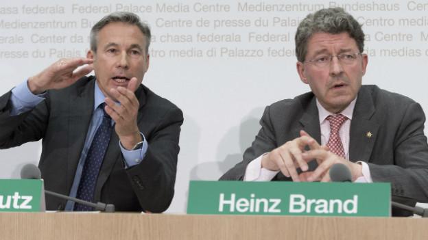 Heinz Brand (rechts) und Fraktionschef Adrian Amstutz präsentieren in Bern ihre Ideen zur Umsetzung ihrer Zuwanderungsinitiative.