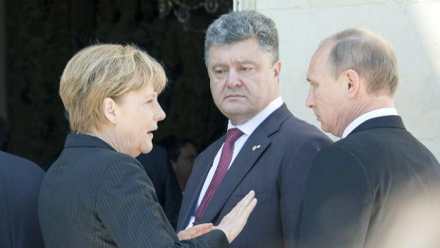 Trafen sich im Juni letztmals: Petro Poroschenko (m) und Wladimir Putin (re) mit der deutschen Bundeskanzlerin.
