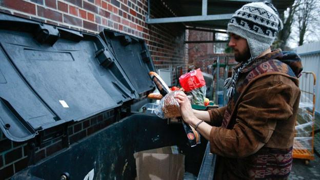 Sogenannte Müll-Taucher hinter einem Supermarkt in Berlin.