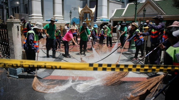 Aufräumarbeiten beim Erawan-Schrein in Bangkok, wo die Bombe