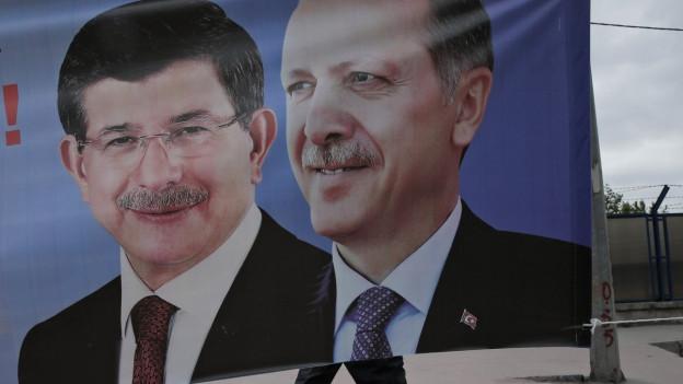 Ein Poster zeigt die Köpfe von Davutoglu und Erdogan.