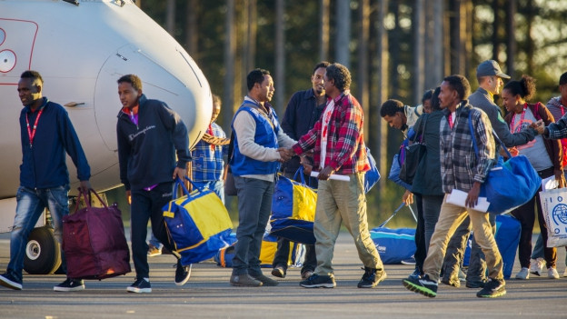 Eritreische Flüchtlinge bei der Ankunft auf dem Flughafen im nordschwedischen Lulea.