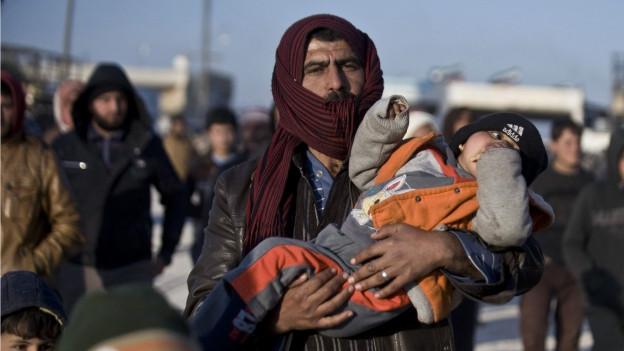 Syrische Flüchtlingsfamilien beim nordsyrischen Grenzposten Bab al Salam.
