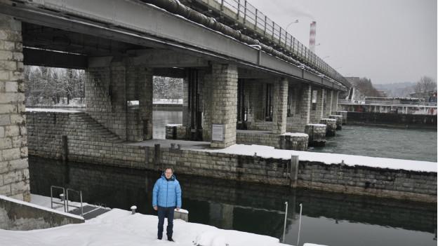 Bernhard Schudel vor dem Wehr Port bei Biel