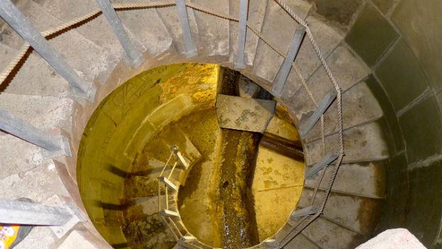 Diese Wendeltreppe führt in den Rathauskanal der Stadt Bern hinunter.