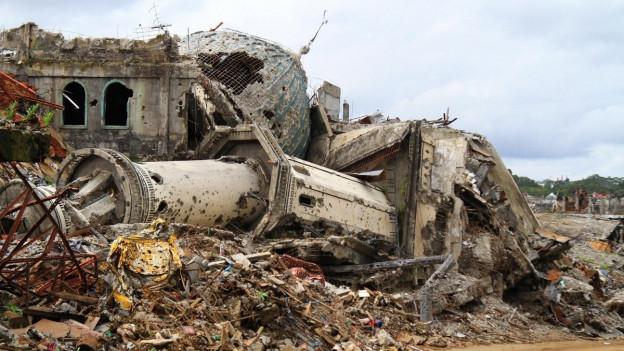 Das Bild zeigt eine zerstörte Moschee in der südphilippinischen Stadt Marawi.