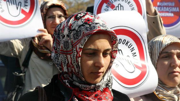 Türkische Frauen demonstrieren gegen Kopftuchverbot