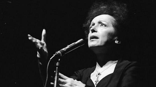 Edith Piaf bei einem Auftritt