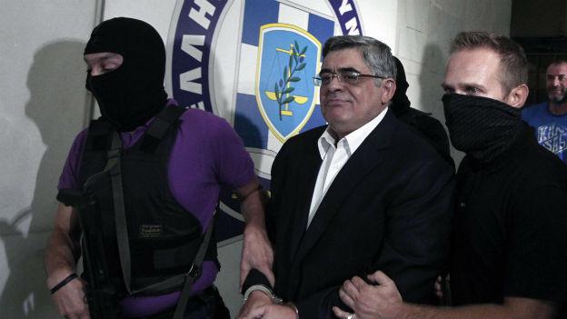 Politiker der rechtsextremen Partei Goldene Morgenröte bei der Verhaftung.