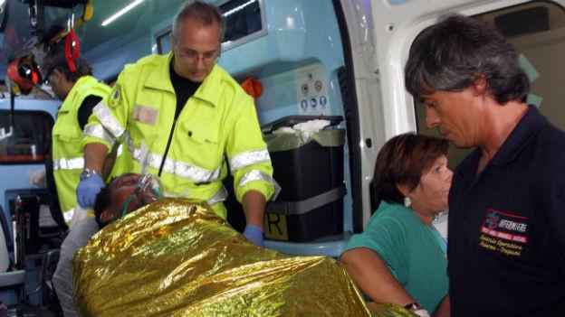 Ein Überlebender des Bootsunglücks vor Lampedusa wird verarztet.