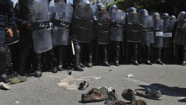 Mit Schuhen gegen Polizisten: Studentenprotest im Mai 2011 in Algiers.