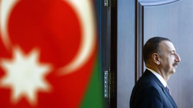 Der amtierende Präsident Aljew nach der Stimmabgabe