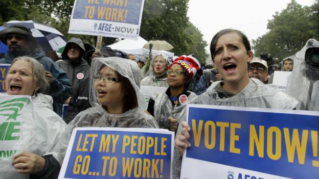 Menschen protestieren gegen den Shutdown in Washington.