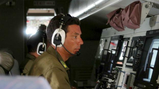 Italienischer Frontex-Beamter beim Überwachungseinsatz im Flugzeug.