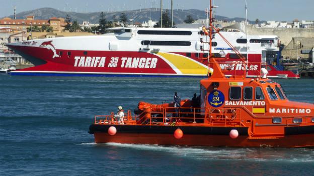 Ein spanisches Boot der Küstenwache mit geretteten Flüchtlingen in der Nähe von Tariffa.