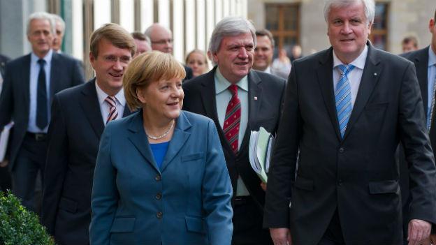 Gute Mine: Aber in den Sondierungsgesprächen zu einer Koalition ist Kanlerin Merkel noch nicht weiter gekommen.