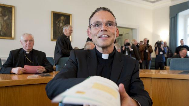 Der Limburger Bischof Franz-Peter Tebartz-van Elst bei einem Priesterseminar im Jahr 2012.