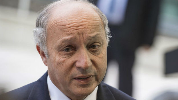 Der französische Aussenminister Fabius vor den Medien.
