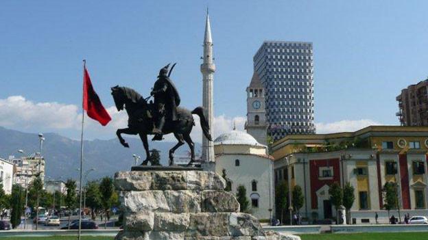 Tirana: Nationalheld Skanderbeg vor alter und neuer Kulisse