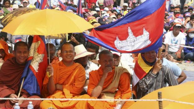 Auch buddhistische Mönche protestieren in Phnom Penh.