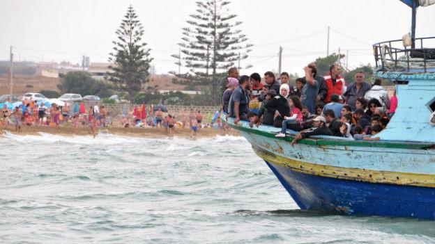 Flüchtlinge, die mit Holzkähnen in See stechen – immer häufiger auch Thema in Tunesien.