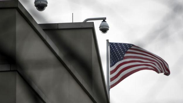 Flagge und Überwachungskameras auf der US-Botschaft in Berlin.