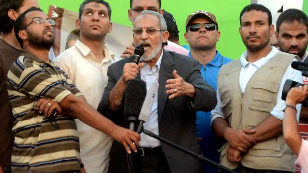 Auch Mohammed Badie (Mitte) steht vor Gericht.