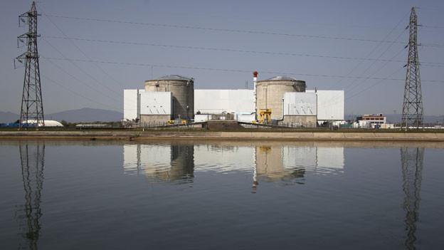 Blick auf das Frankreichs ältestes Kernkraftwerk in Fessenheim bei Colmar.